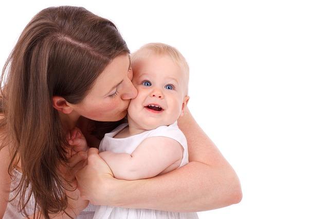Maman embrasse bebe